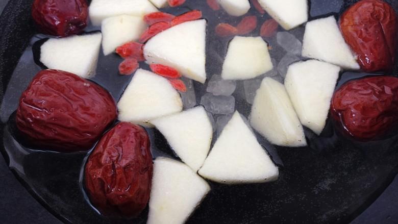 红枣苹果甜汤,再放冰糖