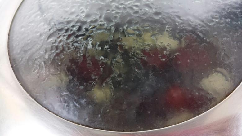 红枣苹果甜汤,然后盖盖子转小火,煮个15分钟左右
