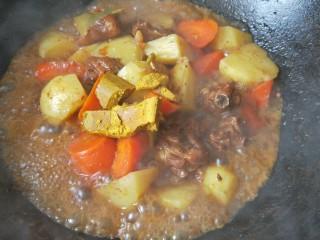 咖喱土豆鸡块,待土豆和胡萝卜都熟了加咖喱块