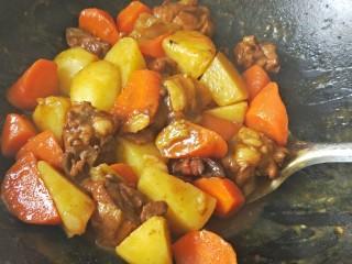 咖喱土豆鸡块,咖喱化开汤汁浓稠后收汁就可出锅了