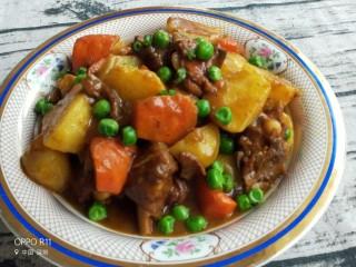 咖喱土豆鸡块,最后撒上提前煮好的青豆,咖喱土豆鸡块就做好啦!