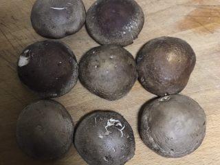 清蒸香菇鹌鹑蛋,选大小差不多的香菇