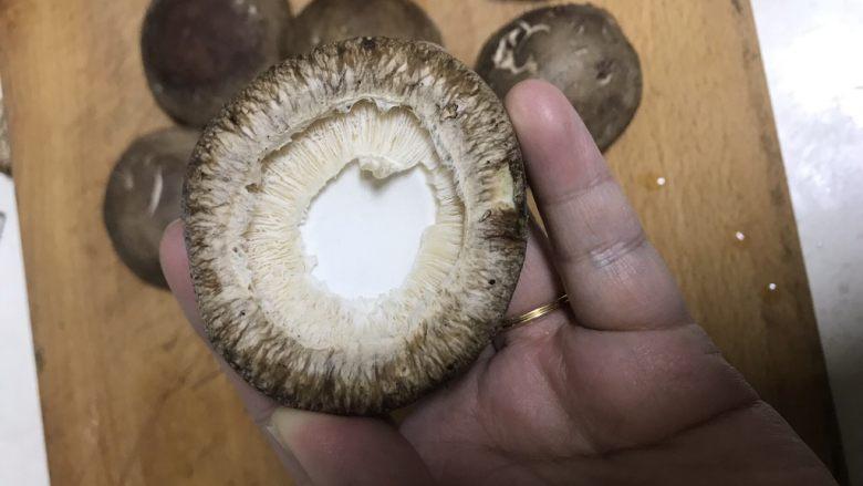 清蒸香菇鹌鹑蛋,去掉香菇堤