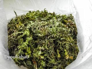 荠菜包子,新鲜的荠菜,要一根一根的择掉老叶去掉老根须,清水浸泡后清洗干净。