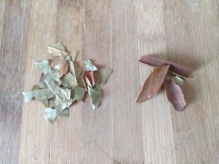 五香鹌鹑蛋,香叶和桂皮备用