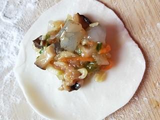 西葫芦\虾仁\胡萝卜\香菇\四喜蒸饺,放入馅料,和包饺子的馅一样多。