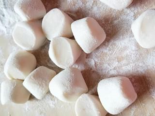 西葫芦\虾仁\胡萝卜\香菇\四喜蒸饺,切成小剂子轧成面皮。