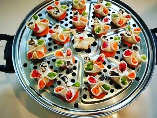 西葫芦\虾仁\胡萝卜\香菇\四喜蒸饺,红美人椒,尖椒,胡萝卜,香菇,全部切成小丁,分别放入花瓣里。