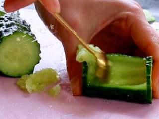虾仁炒豌豆,用刀沿黄瓜两头往内2mm划半圈,上面削掉一层盖,用勺子把黄瓜肉挖出,底别刮破。
