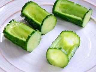 虾仁炒豌豆,一个个排排坐。把竹叶子都剪出来摆上,菜一出锅可以热乎乎的吃。