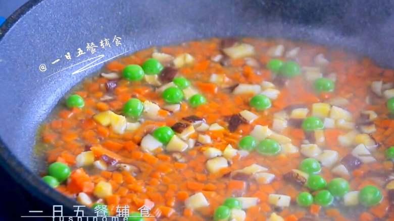 虾仁炒豌豆,加小半碗水煮一会。煮一下胡萝卜更软烂,更适合宝宝吃。