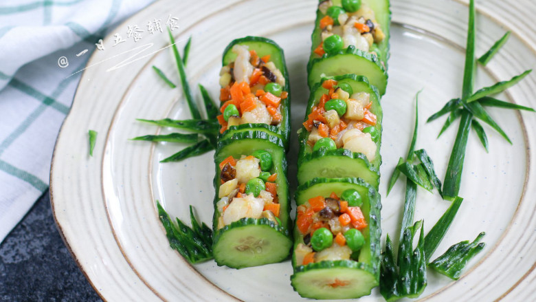 虾仁炒豌豆,黄瓜碗做好,感觉实在单调,临时剪了些竹叶,小草。