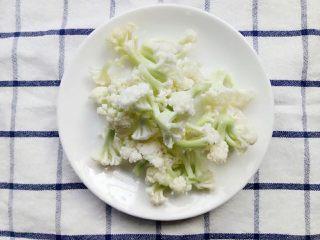 宝宝辅食:杂蔬煮蝴蝶面,花菜洗干净切小