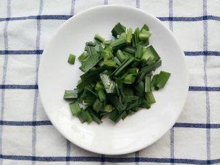 宝宝辅食:杂蔬煮蝴蝶面,韭菜洗干净切小