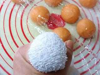 大吉大利之【橘子馒头】,用干净的干毛巾,包裹住小面团.这样可以在面团上压出坑坑洼洼的橘子皮来。面团很粘的时候,可以在面团表面裹一层干面粉,防止沾到毛巾上