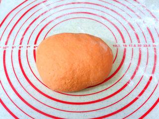 大吉大利之【橘子馒头】,醒发好的面团,排气揉光,面团有些粘,和面得时候可以手沾点面粉,防止沾手