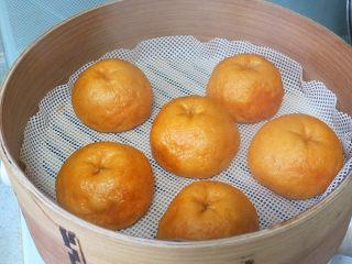 大吉大利之【橘子馒头】,蒸熟就打开盖子,不要焖五分钟。因为我们需要它有些回缩的感觉