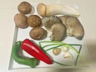 蚝油菌菇,准备好蘑菇,杏鲍菇,香菇,青红椒,葱姜蒜。