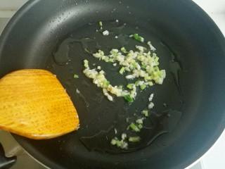 蚝油菌菇,热锅凉油,放入葱姜蒜未炒出香味。