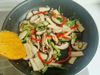蚝油菌菇,用锅铲翻炒均匀,熟了就可以盛出了。