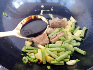排骨土豆豆角焖饭,放一勺老抽