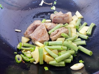 排骨土豆豆角焖饭,再加豆角和土豆炒