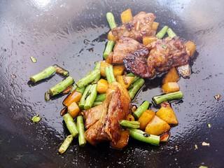 排骨土豆豆角焖饭,炒匀
