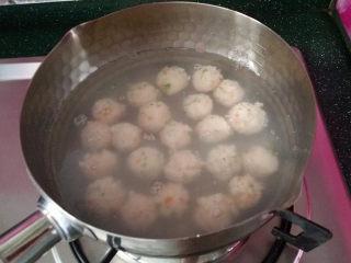 磷虾丸子苜蓿汤#宝宝辅食#,直至全部挤完、此时转中小火煮,切记不要大火,否则会溢锅不说,肉质也容易变老