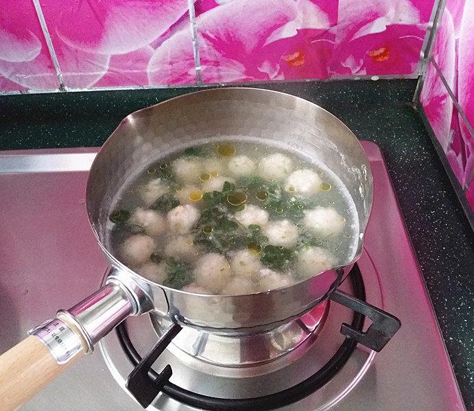 磷虾丸子苜蓿汤#宝宝辅食#,迅速滴入亚麻籽油,关火出锅,要不颜色全焉了不仅影响美观也影响口感。