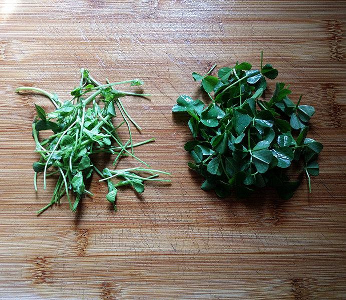 磷虾丸子苜蓿汤#宝宝辅食#,新鲜的苜蓿头摘去根头后清洗干净,然后将梗茎与叶子分摘开