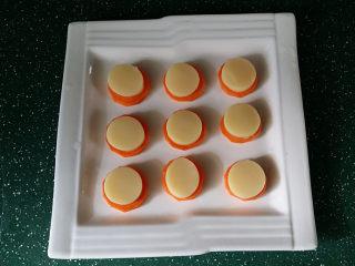 磷虾仁玉子豆腐#宝宝辅食#,与胡萝卜片一起放至干净的餐盘中