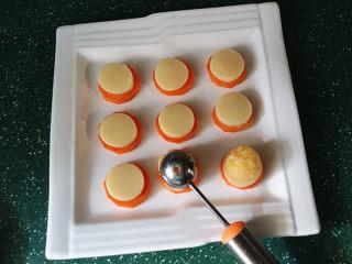 磷虾仁玉子豆腐#宝宝辅食#,用小号挖球器舀一勺蛋黄磷虾肉团、反扣在玉子豆腐上
