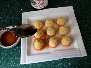 磷虾仁玉子豆腐#宝宝辅食#,取出餐盘,将刚调好的蘸汁均匀地淋在蛋黄磷虾玉子豆腐上