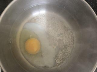 豪华版辛拉面,煮水,把蛋轻轻倒入,中小火煮8分钟(温泉蛋)