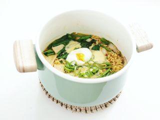 豪华版辛拉面,放上煮好的温泉蛋,超豪华辛拉面出锅啦~
