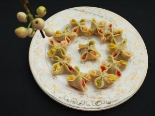 西葫芦\虾仁\胡萝卜\香菇\四喜蒸饺,检出装盘上桌趁热吃了,