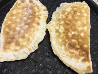 韭菜鸡蛋盒子,电饼档或者平底锅放少许油放入包好的面团,烤至两面金黄即可。