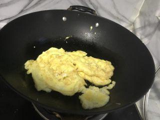 韭菜鸡蛋盒子,锅中倒入少许食用油,把鸡蛋炒至金黄即可。
