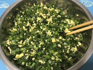 韭菜鸡蛋盒子,韭菜鸡蛋馅加入适量香油、盐、五香粉搅拌均匀即可。