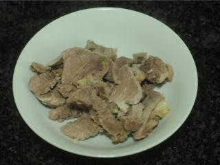 七味红烧牛肉面,煮熟的牛肉稍微冷却后切成片备用