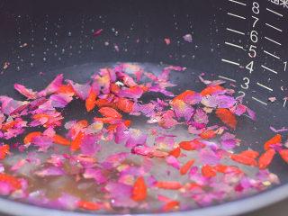 养血安神,滋补肝肾的桂圆玫瑰粥,所有材料放入锅内,加水,糖。