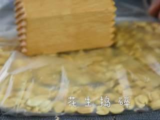 牛轧糖DIY,一起动手做起来,花生仁用锤子慢慢捣碎。