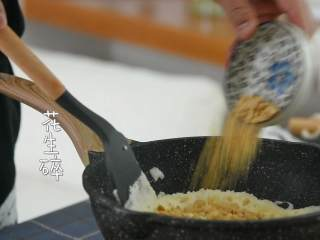 牛轧糖DIY,一起动手做起来,加入奶粉和花生碎。