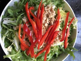 凉拌苦菊,倒入事先准备好的花生碎,蒜末和红椒丝!