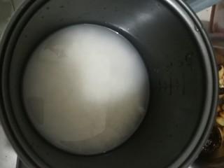 懒人焖饭,洗米煮饭,比平时放少一点水,因为一会儿会放汁。
