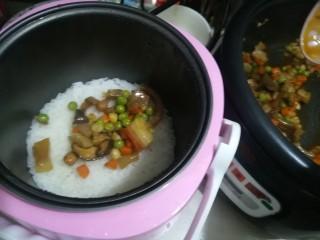 懒人焖饭,把煮好的酱菜放进去