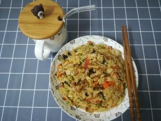 懒人焖饭,上碟,如果有香菜葱花就完美了。腊味很像,豌豆粉粉的,香菇的味道,胡萝卜的爽脆,花生的嚼劲,米饭也吸收了酱汁的味道,层次感很好,会很不小心就吃多的一个饭。