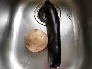 河北宣化特色小吃\卤菜\蒸莜面,土豆,茄子洗干净去皮。
