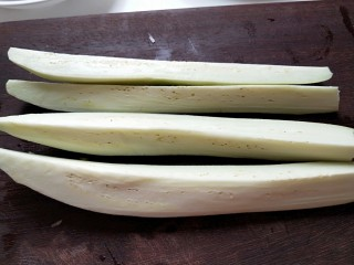 河北宣化特色小吃\卤菜\蒸莜面,茄子切成条在切成块。