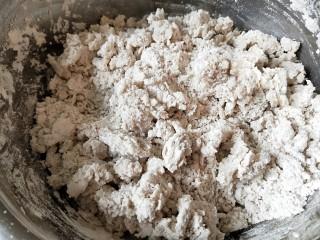 河北宣化特色小吃\卤菜\蒸莜面,用100度开水烫面,用筷子搅拌均匀。